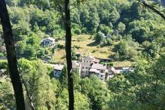 Der Weg vom Platz in das Dorf Ponte Falmenta